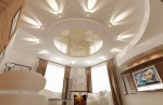 Потолок гостиной в 2-х этажном коттедже с мансардой