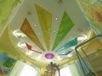 Вид на потолок Детской игровой комнаты с фото пано с динозавриками и картой мира в 2-х этажном коттедже с мансардой