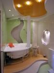 Фотография ванны с глянцевыми стенами и многоуровневым потолком из гипсокартона и натяжного потолка