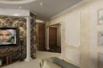 Классический стиль в дизайне интерьера гостиной, вид на прихожую