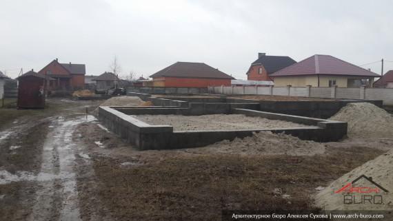 Фото построенного фундамента дома с гаражом
